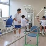 若さでトレーニング中?リハビリ体験をしています。